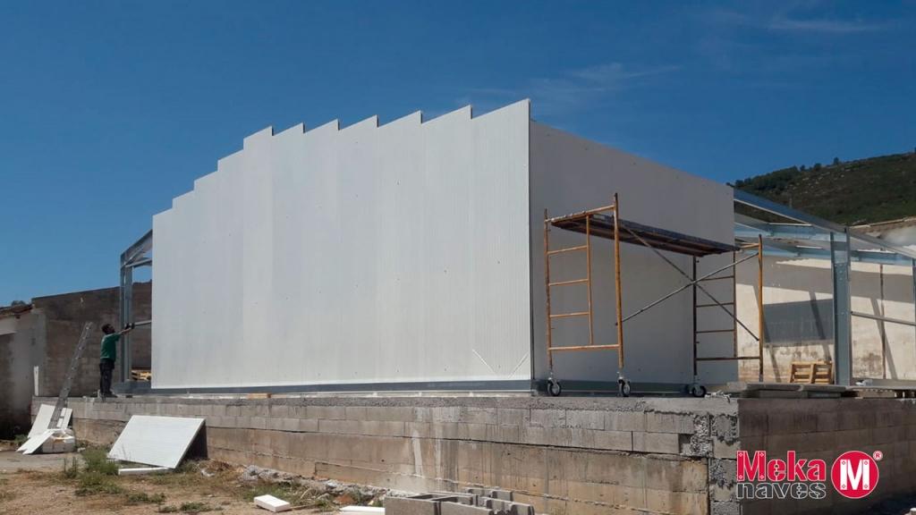 Nave industrial en Tarragona, parte exterior en montaje. Mekanaves.