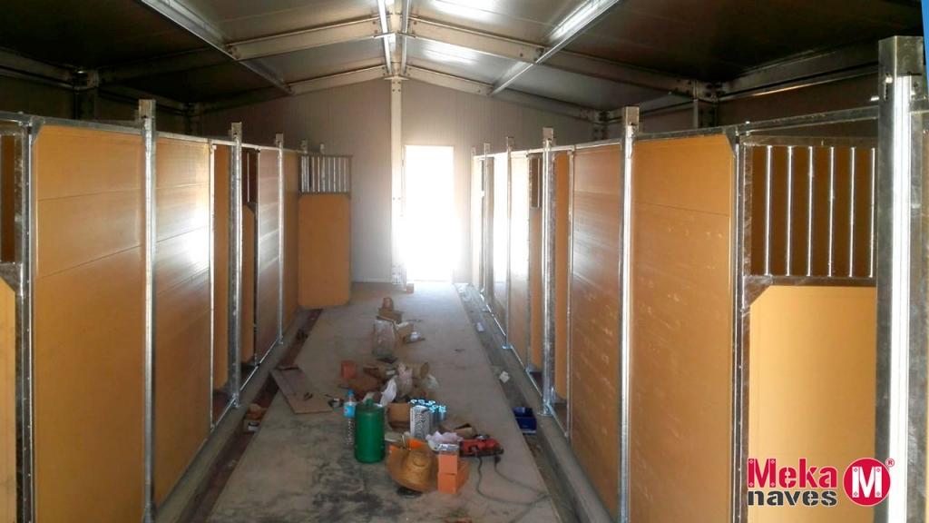 Interior de los boxes para perros de un centro canino en Badajoz, Mekanaves