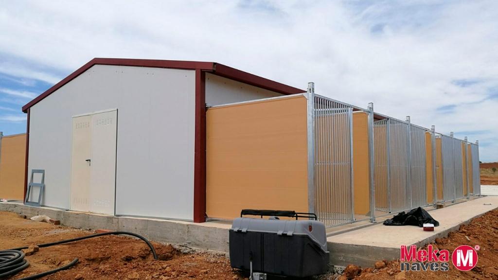 Residencia canina en construcción con vista de los boxes para perros exteriores, Mekanaves