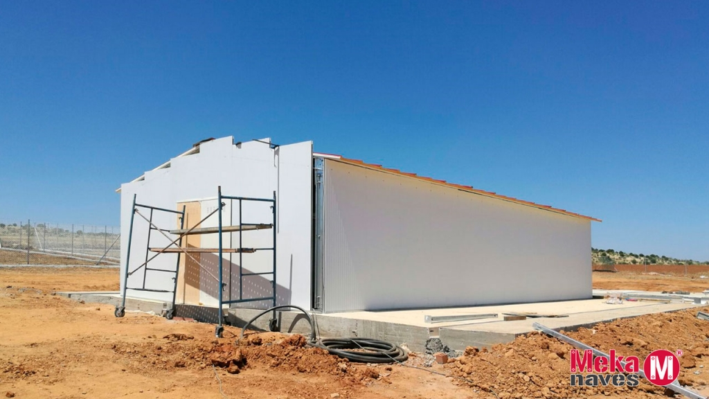 Exterior en construcción de una nave canina para perros de panel sandwich y estructura galvanizada, Mekanaves