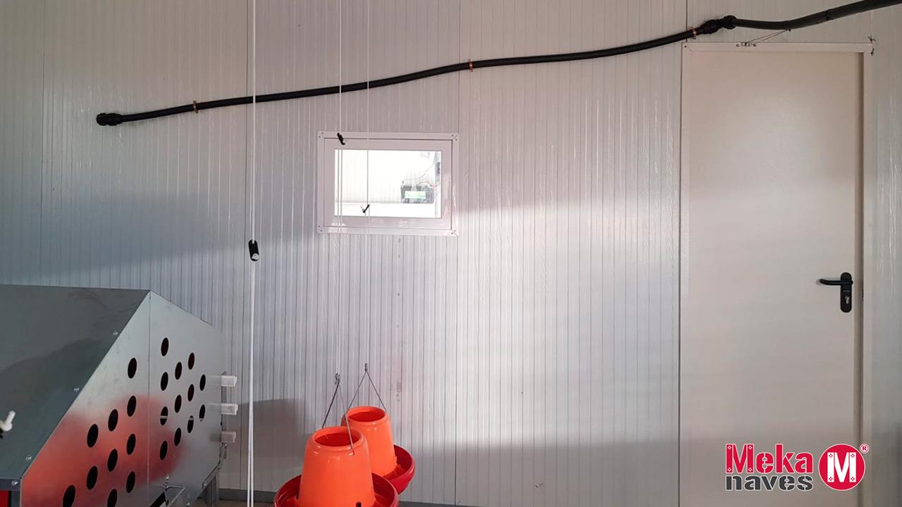 Interior de nave avicultura alternativa, bebederos de gallinas. Mekanaves
