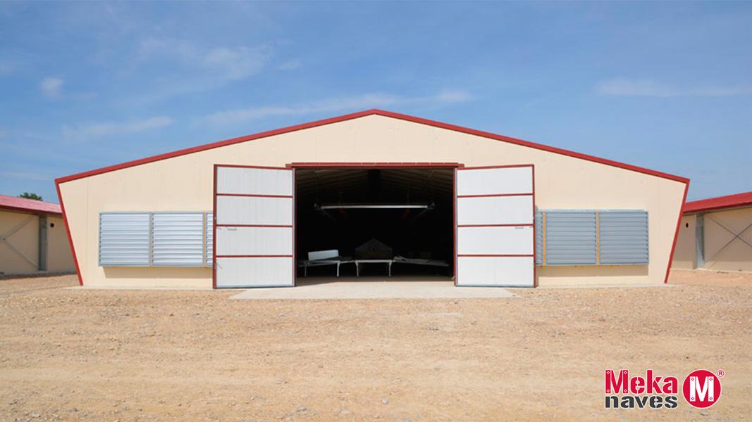 Puerta batiente en granja avicola