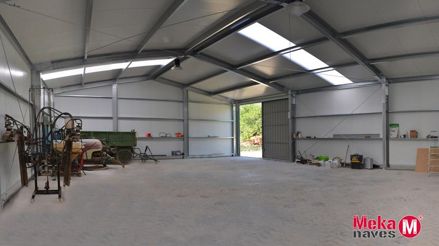 Interior almacen agricola aperos